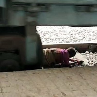 Старушка легла под поезд и избежала смерти (видео)