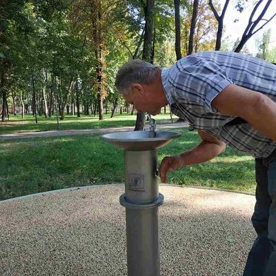 В киевском парке появился первый сенсорный фонтанчик с питьевой водой