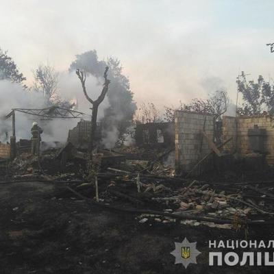 Под Киевом мужчина решил спалить траву, сгорело 3 дома, 3 гаража, 5 авто и трактор