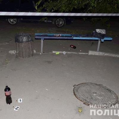 Сломаны ребра: в столице пьяные молодчики напали на полицейского