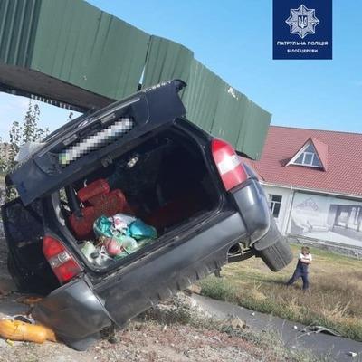 Возле Белой Церкви 73-летний водитель въехал в остановку (фото)
