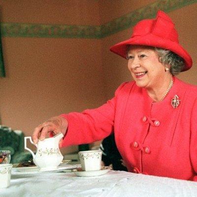 Королева Елизавета лично заварила чай рабочему, который ее не узнал