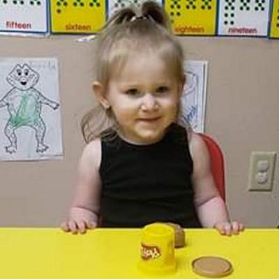 Наня на 7 часов заперла двухлетнюю девочку в машине, ребенок умер
