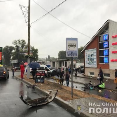 Под Киевом полицейский на автомобиле въехал на остановку с людьми, погибла женщина