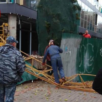 В центре столицы упала стрела строительного крана
