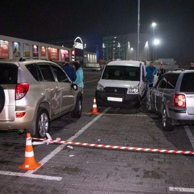 В Киеве на парковке ТРЦ водитель сбил двух людей