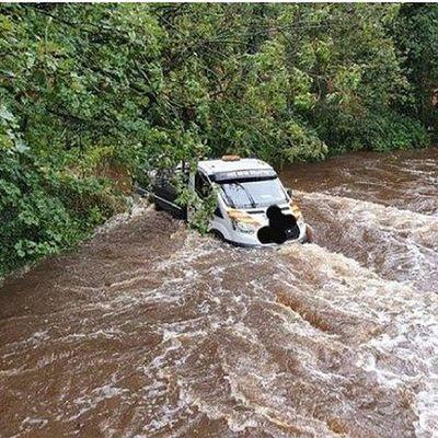 Водитель доверился навигатору и заехал в реку