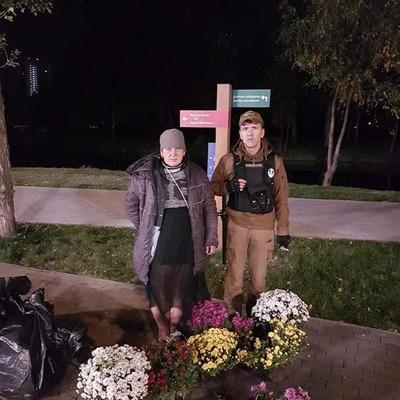 В киевском парке женщина решила накопать для себя хризантем