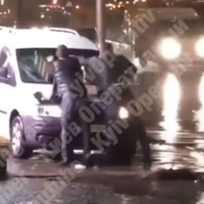 В столице хулиганы разбили стекло машины бетонной клумбой (видео)