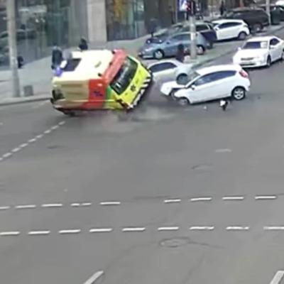В Киеве произошло ДТП с участием скорой помощи (видео)