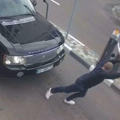 В столице водитель руками сломал  шлагбаум, чтобы проехать на закрытую территорию (видео)