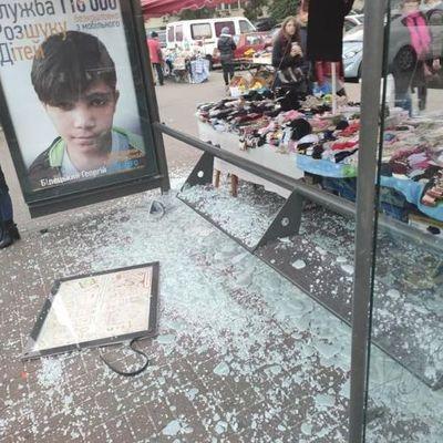 В Киеве через день дважды разбили одну и ту же автобусную остановку