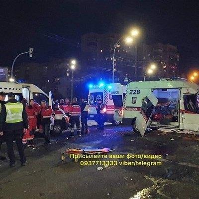 В Киеве скорая помощь с ребенком в салоне влетела в авто, есть погибший