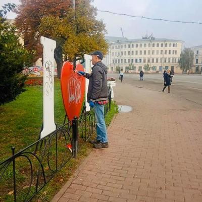 Вандалы уродуют Киев каждый день, коммунальщики исправляют (фото)
