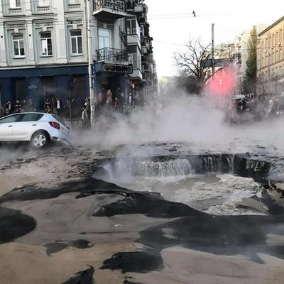В центре Киева прорвало трубу с горячей водой. Несколько машин провалилось под асфальт (фото)