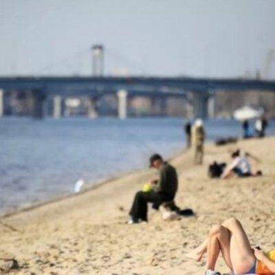Аномальное бабье лето в ноябре вывело киевлян на пляжи