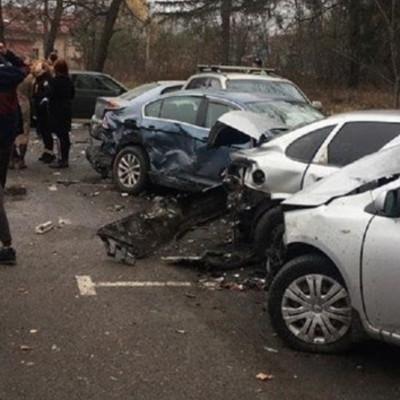 Разбила 6 машин: под Киевом пьяная девушка устроила масштабное ДТП. Фото