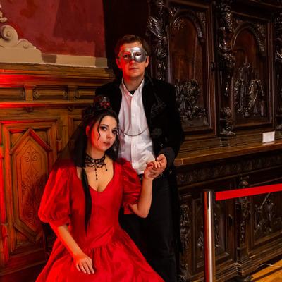 Старинные танцы и эксцентричные костюмы: как в Киеве прошел Бал вампиров