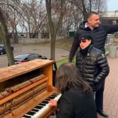 В Киеве вокалист Scorpions спел на улице в компании Кличко – видео
