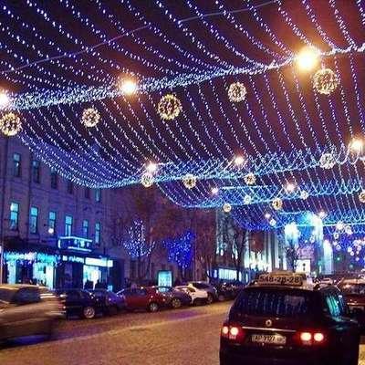 В Киеве завершают установку новогоднего освещения