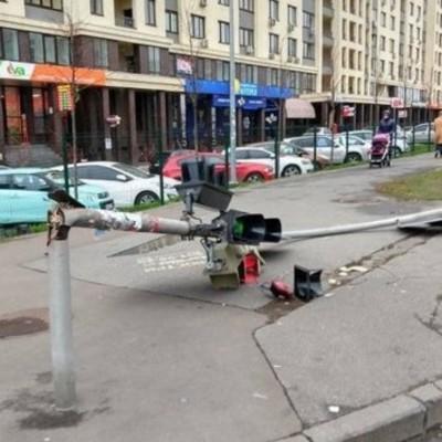 В Киеве из-за сильного ветра рухнул светофор