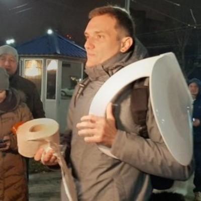Гуманитарная помощь России: к посольству РФ принесли трусы и унитазы, фото