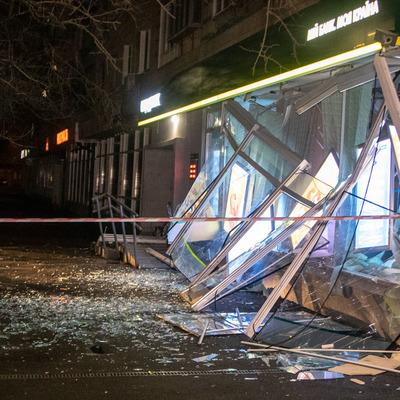 В Киеве на Русановке взорвали и ограбили отделение «Ощадбанка»: улицу усыпало деньгами