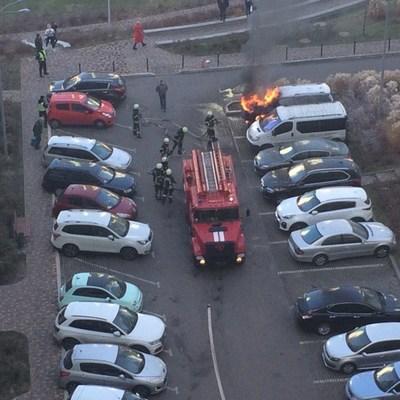 В Киеве неизвестный поджог автомобиль возле элитного ЖК (ФОТО)