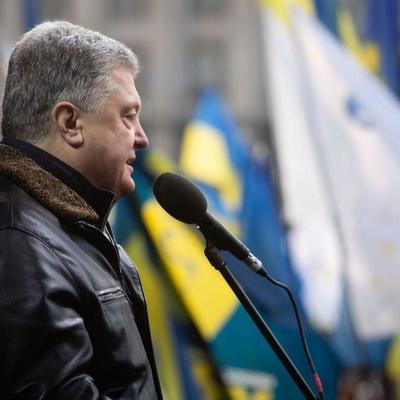 Появилось видео, как Порошенко закидали яйцами на Майдане в Киеве