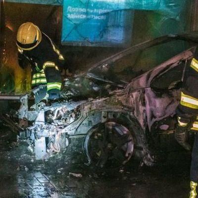 В центре Киева ночью сгорела машина, огонь перекинулся на жилой дом