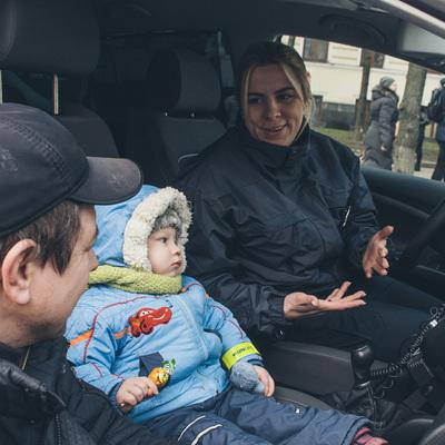 Маленькие жители Киева пробовали себя в роли копов, а взрослые — смотрели на мир в алко-очки