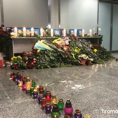 Крушение самолета МАУ: в «Борисполь» несут цветы, чтобы почтить память погибших