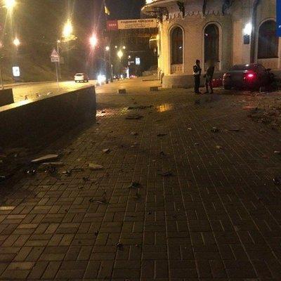 В центре Киева пьяный водитель протаранил здание филармонии: подробности