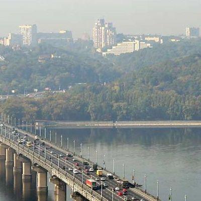 Киевляне жалуются на аварийное состояние моста Патона в Киеве