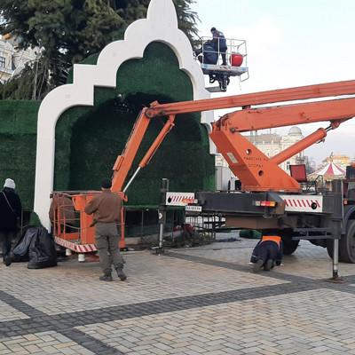На Софиевской площади в Киеве демонтируют новогоднюю ёлку
