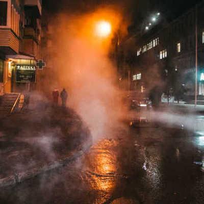 Улицы залило кипятком. В Киеве в четвертый раз прорвало теплотрассу — видео