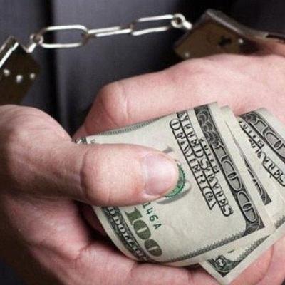 В Киеве был задержан полицейский во время получения взятки в размере 11 тысяч гривен