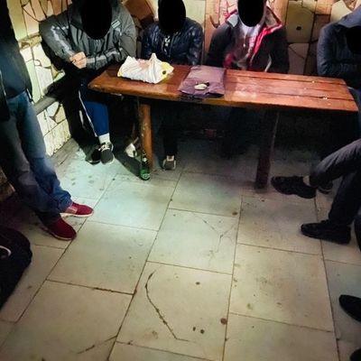 В Киевском СИЗО обнаружили нарушения: заключенные спят по очереди и закрывают выбитые окна одеялами