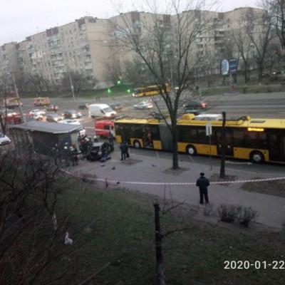 В Киеве легковушка влетела в остановку с людьми