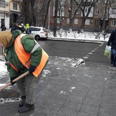 Дороги в Киеве обработали против гололеда