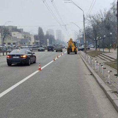 В Соломенском районе обезопасили тротуары от недобросовестных водителей