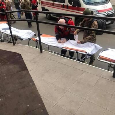 Война продолжается. В военном госпитале — новый борт с ранеными