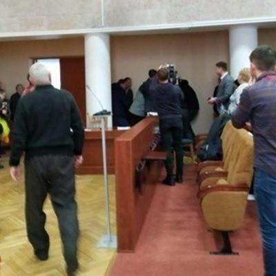 На Киевщине депутат устроил драку в горсовете с ножом и пистолетом