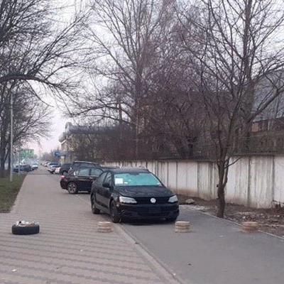 Велодорожку и тротуар на улице Туполева используют под парковку