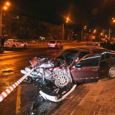 В Киеве автомобиль BMW въехал в остановку с людьми