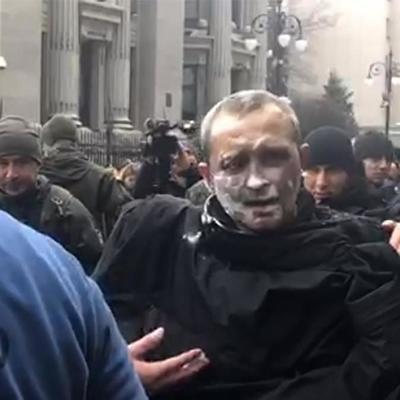 Мужчина совершил самоподжог под Офисом Президента: видео, фото