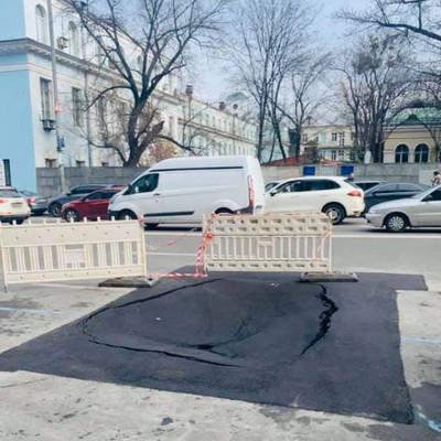 На улице Владимирской в центре Киеве из-за прорыва трубопровода просел асфальт