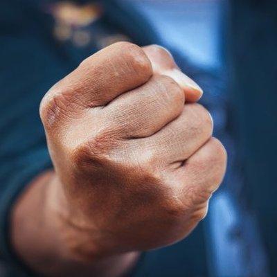 В киевской маршрутке мужчина ударил полицейский за то, что она отказала в его «ухаживании»