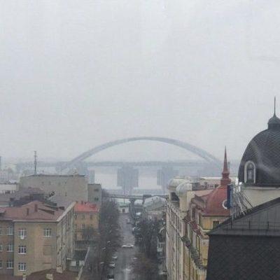 Фото дня. Киевский полумесяц — новый мост Кличко сняли со стороны Подола