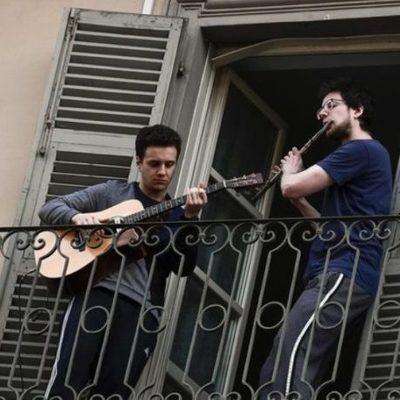 Киев, повторим? Итальянцы на карантине борются со скукой пением на балконах